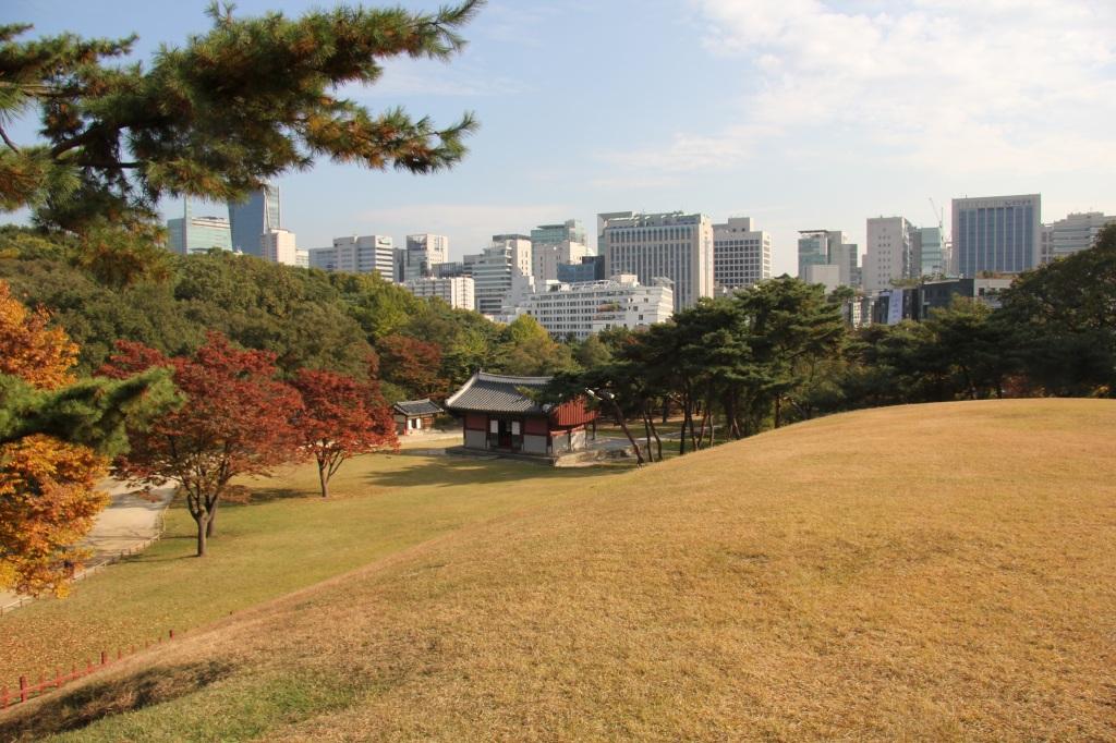Seul, tempio al riparo della Skyline. Foto di Lorenzo Borghini