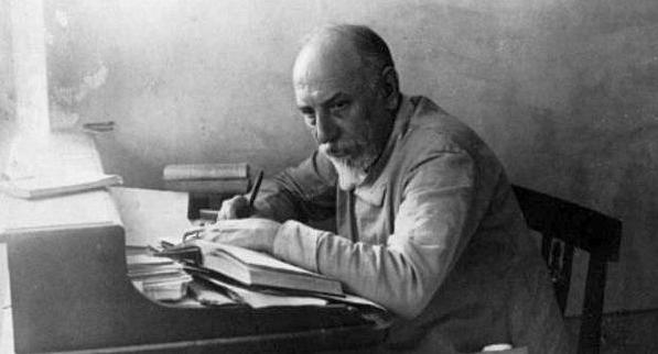 luigi-pirandello-alla-scrivania-nel-suo-studio-di-monteluco-spoleto-1924-dove-c3a8-in-vacanza-con-la-famiglia-di-suo-figlio-stefano-ritaglio