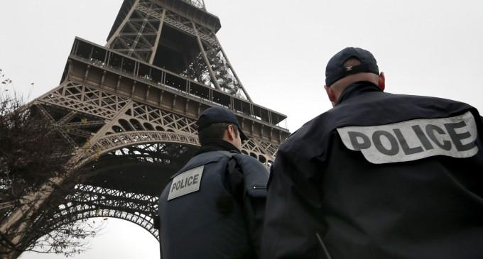 due poliziotti sotto la Tour Eiffel in una Parigi blindata dopo gli attacchi terroristici dell'issi